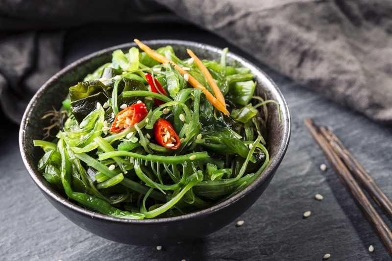 Salade japonaise avec des algues